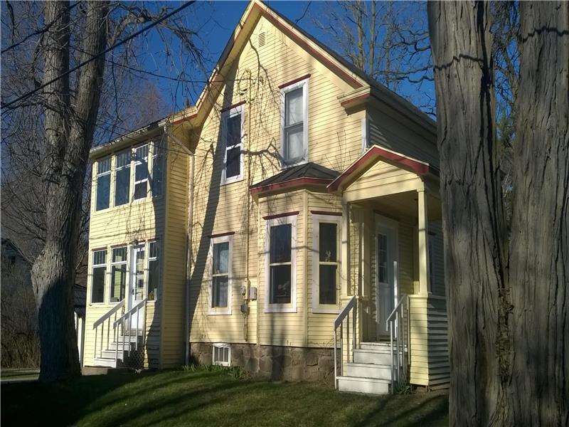 la maison jaune chalet louer bedford di 7286. Black Bedroom Furniture Sets. Home Design Ideas
