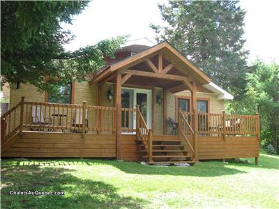 3-bedroom lakefront cottage for sale near Mont-Blanc and Tremblant