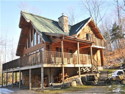 Log cabin 25 minutes from Tremblant with sauna, hot tub and floor to ceiling stone fireplace