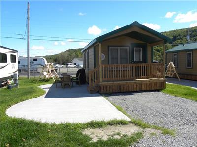 CHALETS FOR 6 OR CABINS FOR 4 OPEN ALL YEAR CLOSE ON LAKE ST. MATHIEU AND SKI RESORT