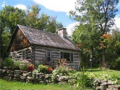 Covey Hill Log Cabin- Situated on the highest peak of Canadian Adirondack mountains