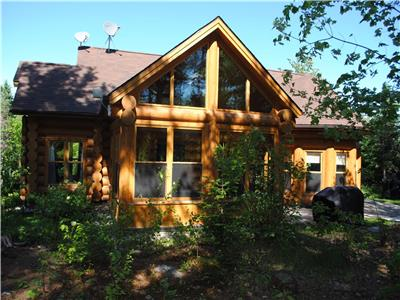 Prestigious log home with lake access