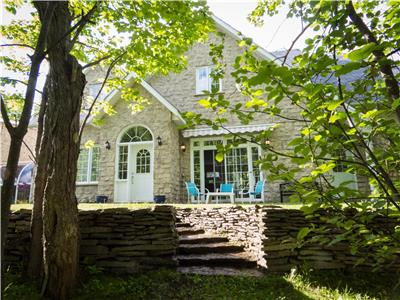 Warm & elegant lakeside country home near to the slopes. Just 1 hour from Montréal!