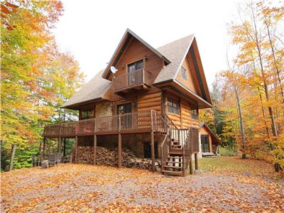FINLANDAIS, a WOW log cabin cottage directly on lake side, unique and awesome,HOT TUB , Laurentians.