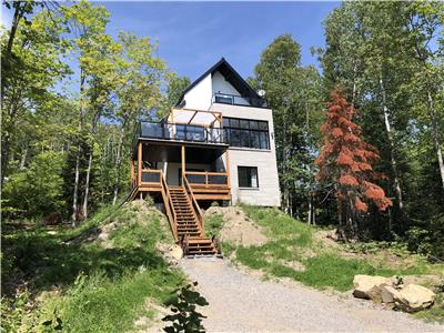 Chalet Iko-Luxurious mountain cottage in Charlevoix complete with a spa and a view-Sleeps 6 to 8