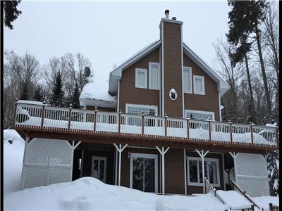 Beautiful lake front cottage located on Lac Garry in the Domaine des Lacs * Short term rental *