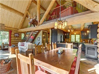 Wonderfull log home on the shore of a magnificient clear Lake for boating/fishing/golfing.