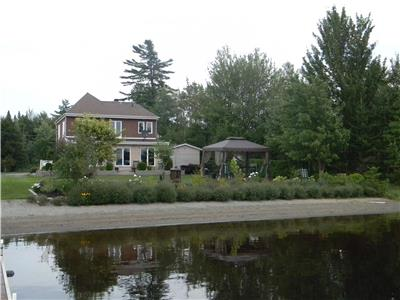 Superb residence loacted in Easter township on the edge of Lake Aylmer