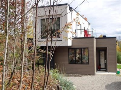 Mont Tremblant Modern Home! Ski, hike, snowshoe, golf, and relax in nature. PRIVATE HOT TUB