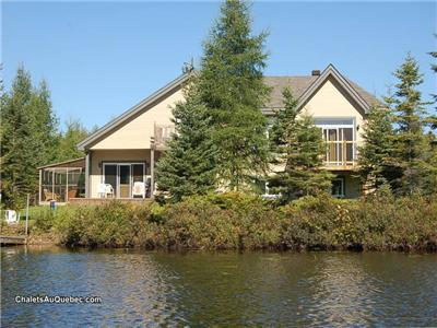 Luxury Lakefront Cottage with Hot tub + Pool Table - sleeps 14