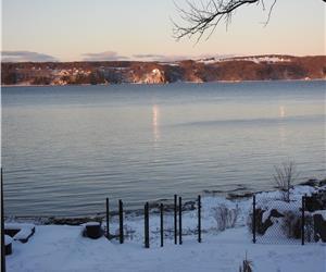 Le M. Laurent, le chalet est situé sur les berges du fleuve st-laurent avec l'accès à celui-ci.