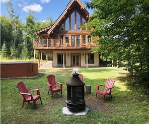 Log Cottage Huron with 4 bedrooms, 3 bathrooms, Hot Tub -
