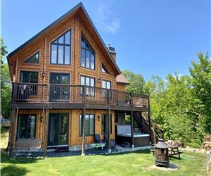 Chalet avec spa en bois rond moderne et rustique! Superbe vue sur lacs et montagnes !