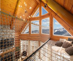 Profitez du coucher de soleil sur Tremblant depuis le salon, sauna ou spa