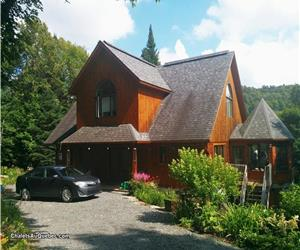 SPACIOUS 7BR LAKEFRONT CHALET- SLEEPS 16 - 3 BATHROOMS - 3 STOREYS - SWIM, BOAT, BIKE, HIKE, GOLF